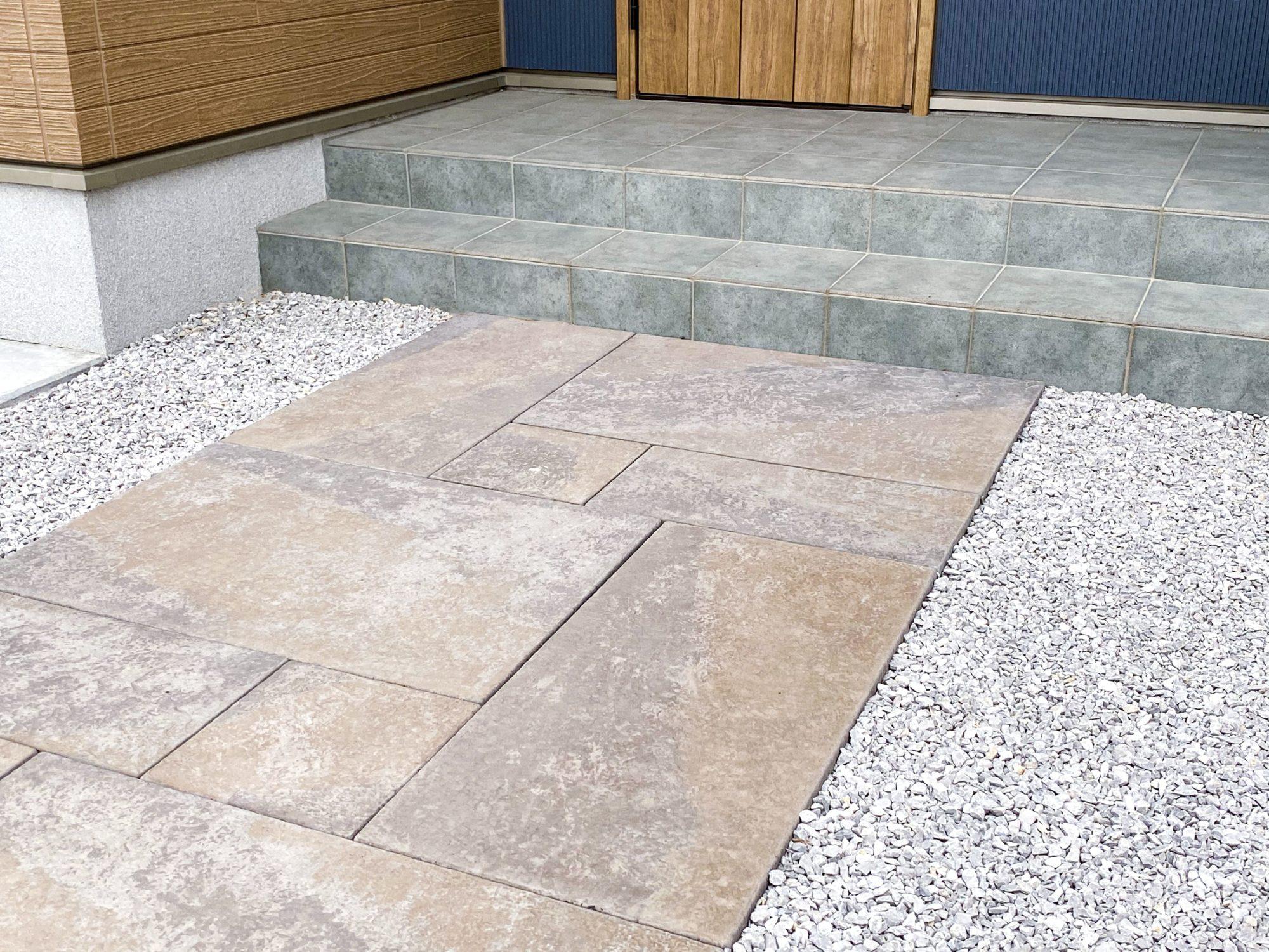 石畳の玄関アプローチ